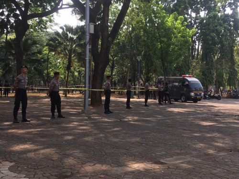 Sejumlah personel polisi menjaga lokasi ledakan di sisi utara Monumen Nasional, Jakarta Pusat, Selasa, 3 Desember 2019. Medcom.id/Ilham Pratama Putra.
