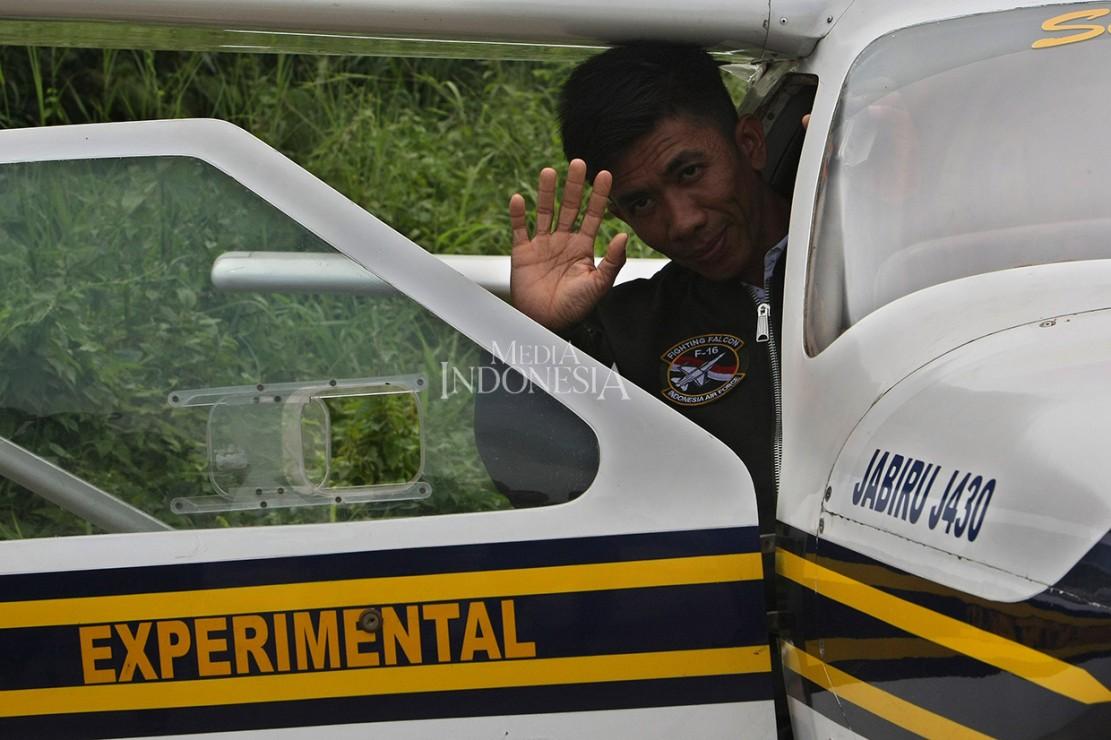 Pemuda asal Pinrang, Sulawesi Selatan, Haerul, viral setelah menerbangkan pesawat buatannya di Pantai Ujung Tape. Beberapa hari terakhir Haerul diundang hingga Istana Negara karena prestasinya tersebut. Hari ini, Selasa, 21 Januari 2020, pemuda tidak tama