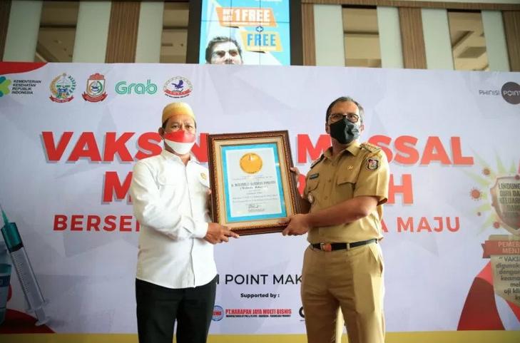 Kota Makassar mendapat penghargaan prestasi angka vaksinasi terbanyak se-Indonesia. Foto: Antara