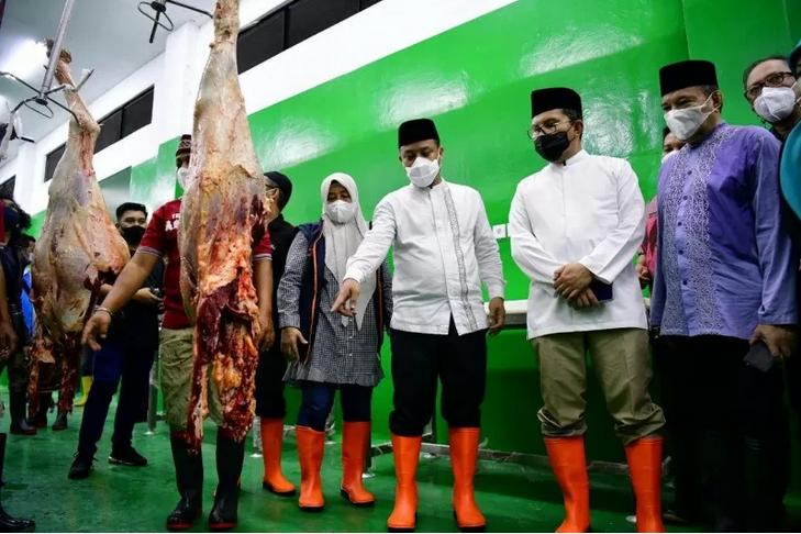 Plt Gubernur Sulsel Andi Sudirman Sulaiman saat meninjau RPH Manggala, di Kelurahan Tamangapa, Kecamatan Manggala, Kota Makassar. Foto: Humas Pemprov Sulsel