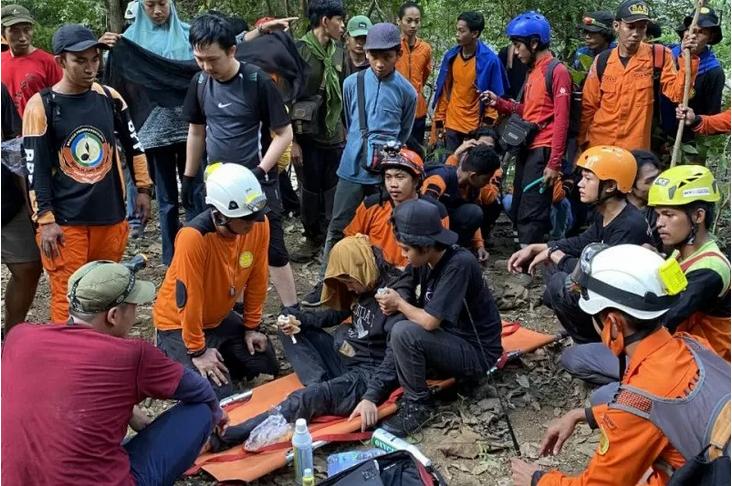 Tim SAR gabungan berhasil mengevakuasi pendaki Gunung Abbo, Bau Arifah, yang sempat dinyatakan hilang sejak Minggu, 6 Juni 2021. Foto:Antara