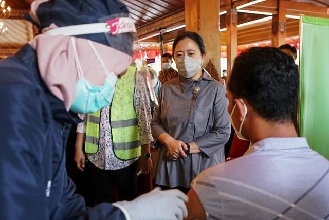 Ketua DPR RI Puan Maharani saat meninjau pelaksanaan vaksinasi Covid-19. Foto: MI